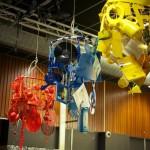 kroonluchter rood-sport; blauw-muziek/(beeldende) kunst; geel-koffie/theeceremonie